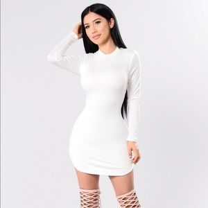 2 for $50 💕White fitted long sleeve dress